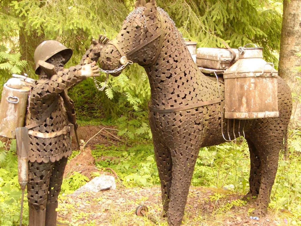 Солдат кормит лошадь перед походом